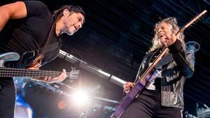 """Metallica-BassistRobert Trujillo (l.) und GitarristKirk Hammettspielten auf dem Konzert in München den Hit der Spider Murphy Gang """"Schickeria"""" - sehr zum Entzücken der Fans (Archivbild)"""