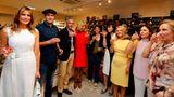Damenprogramm am Sonntag:In Espelette bei Biarritz präsentiert der Bürgermeister der Stadt, Jean-Marie Iputcha (3. v. l.), baskische Kultur in einem Weinladen.