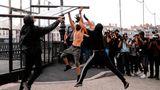 Kontrastprogramm zum Gipfel: Demonstranten demontieren derweil BarriereninBayonne