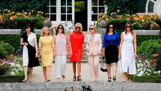 In der großen Politik ist die klassische Rollenverteilung immer noch allzu präsent: Während die Männer über Weltpolitik beraten, besuchen ihre Frauen die Villa Arnaga in Cambo-les-Bains. Einzige Ausnahme: Angela Merkel. Ihr Ehemann schloss sich den First Ladys allerdings nicht an.