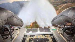 Dieses vom brasilianischen Verteidigungsministerium zur Verfügung gestellte Foto zeigt ein C-130 Flugzeug, dass Wasser abwirft, um die Brände im Amazonasgebiet zu löschen.