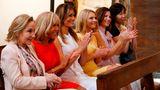 Außerdem besuchtendie First Ladys die Saint-Etienne-Kirche und lauschten dort einem traditionellen Chorgesang. Von links nach recht zu sehen: Cecilia Morel (Chile),Brigitte Macron (Frankreich), Melania Trump (USA),Malgorzata Tusk (Frau des Präsidenten des Europäischen Rates),Jenny Morrison (Australien),Akie Abe (Japan).
