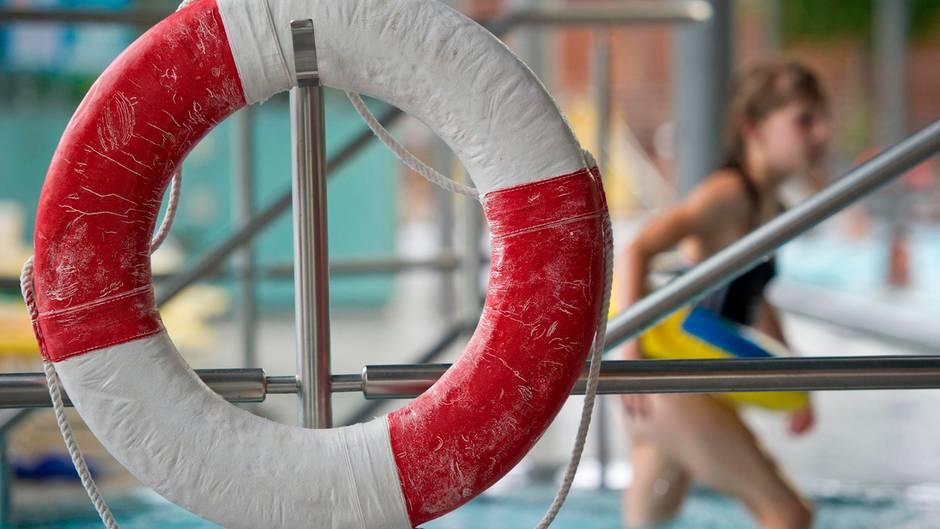 In Nordrhein-Westfalen musste ein Schwimmbad geräumt werden (Symbolfoto)