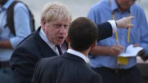 Boris Johnson mit ausgestrecktem Zeigefinger