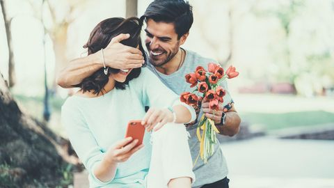 Mann und Frau mit Blumen