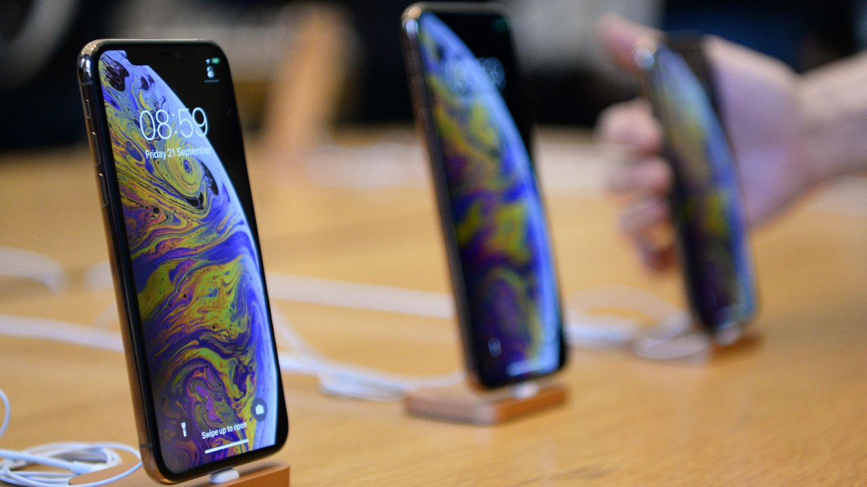 Drei iPhones werden in einem Apple Store präsentiert.