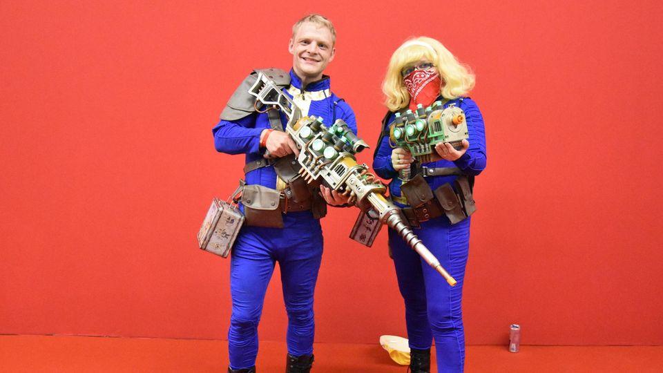 """Die Cosplayer Sven und Deborah verkleidet als Figuren aus dem """"Fallout""""-Universum"""