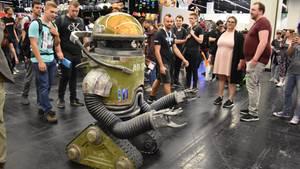 Ein sprechender Roboter auf der Gamescom 2019 fährt durch eine Menschenmenge