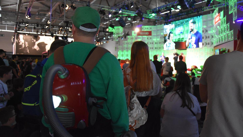 Ein Cosplayer von Geisterjäger Luigi lauscht auf der Gamescom 2019 einer Nintendo-Präsentation