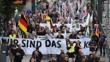 Unterstützer der rechtsextremistischen Bewegung Pro Chemnitz laufen durch das Zentrum von Chemnitz