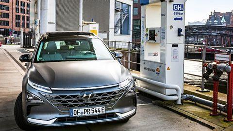Der Hyunday Nexo an einer Wasserstofftankstelle in der Hamburger Hafencity