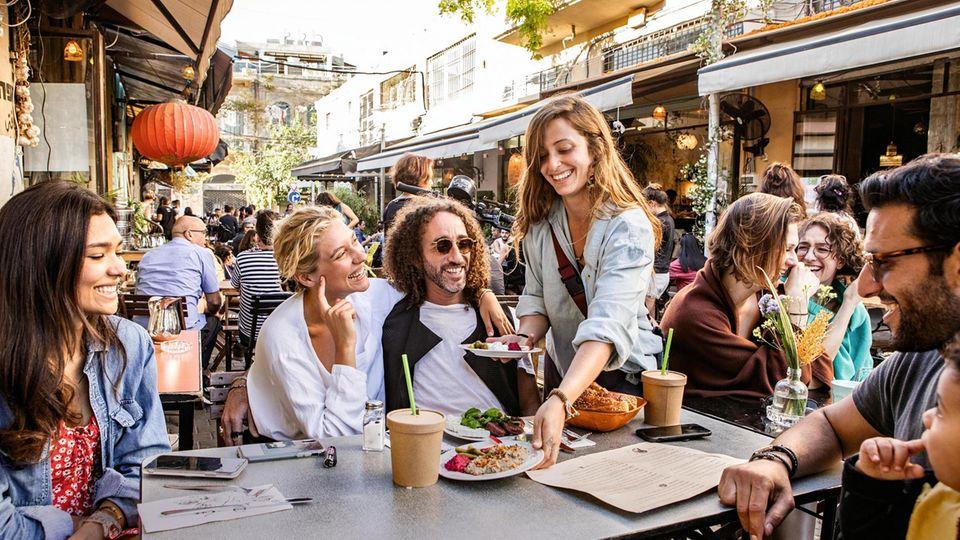 Menschen mit Essen an einem Restauranttisch in Jaffa, Tel Aviv