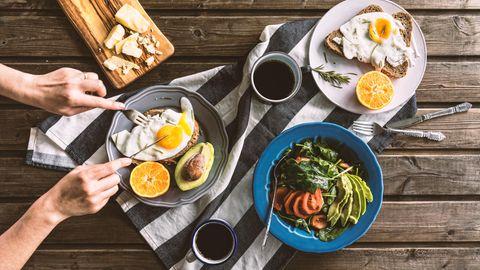 Intervallfasten: Essen steht auf dem Tisch