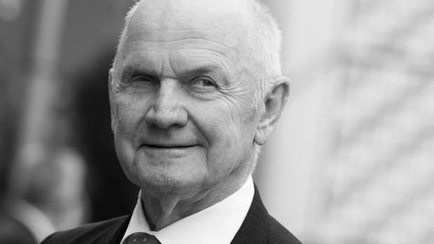 Ein Schwarz-weiß-Foto zeigt den Ex-VW-Manager verschmitzt lächelnd im Anzug