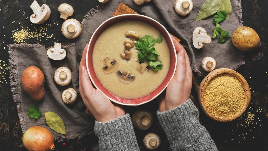 Suppenschüssel mit Pilzen