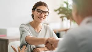 Frau beim Bewerbungsgespräch als Symbolfoto für Sonderurlaub