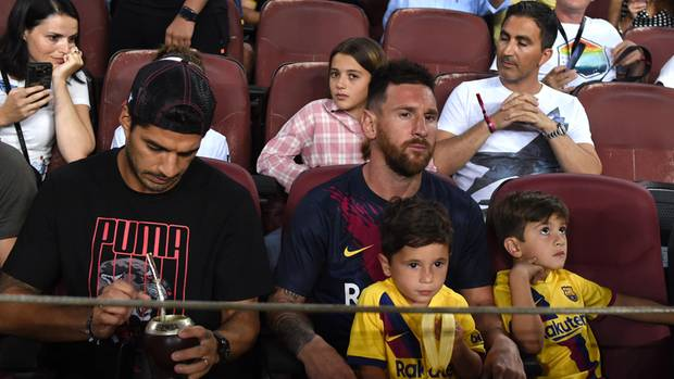 Luis Suarez (l.) und Lionel Messi mit seinen Söhnen Matteo und Thiago (r.)