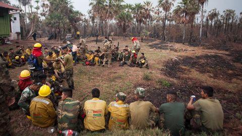 Bolivien, Otuquis: Feuerwehrleute ruhen sich während ihres Einsatzes im Amazonasgebiet aus