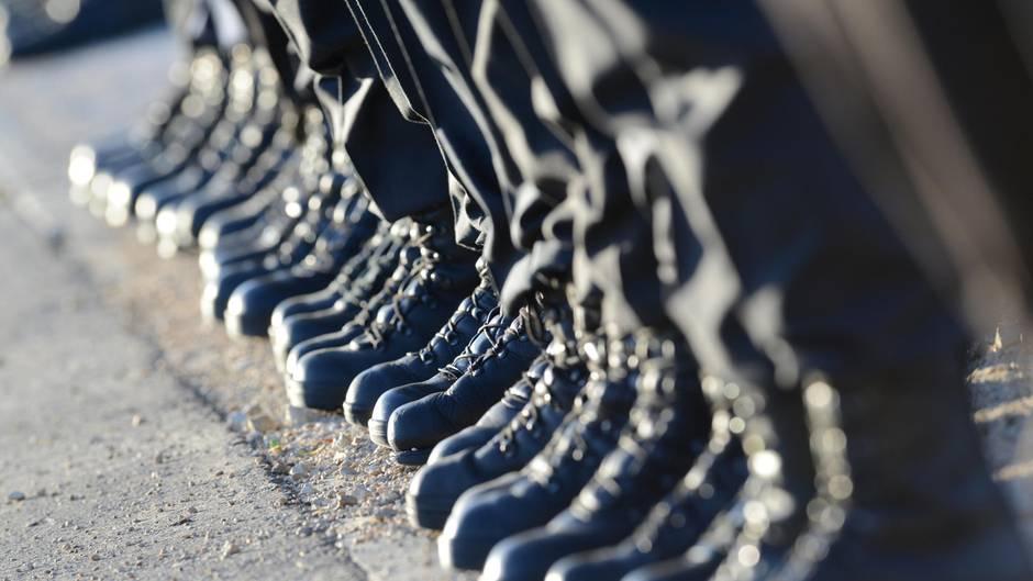 Von einer Reihe Bundeswehrsoldaten sind nur die Stiefel und die Beine zu sehen
