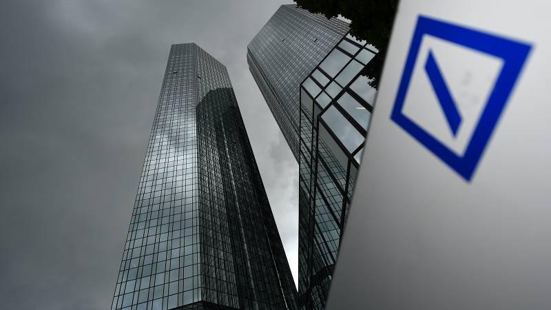 Hochhäuser und das Logo der Deutschen Bank