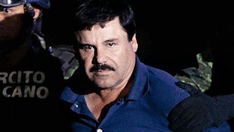 Joaquín Guzmán wird von zwei Mitgliedern der Spezialeinheiten abgeführt. Er blickt mit ernster Miene direkt in die Kamera.