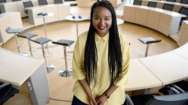 Aminata Touré an ihrem Arbeitsplatz, dem Plenarsaal des Landesparlaments in Kiel