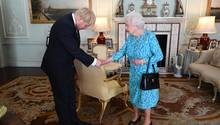 Königin Elizabeth II. von Großbritannien begrüßt Boris Johnson
