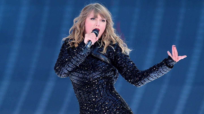 Popsternchen Taylor Swift singend auf der Bühne.
