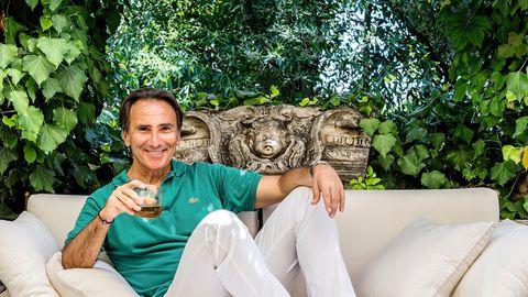 Bruno Maccallini, 59, bekannt für seineCappuccino-Werbespots, zu Hause auf seiner Terrasse in Rom