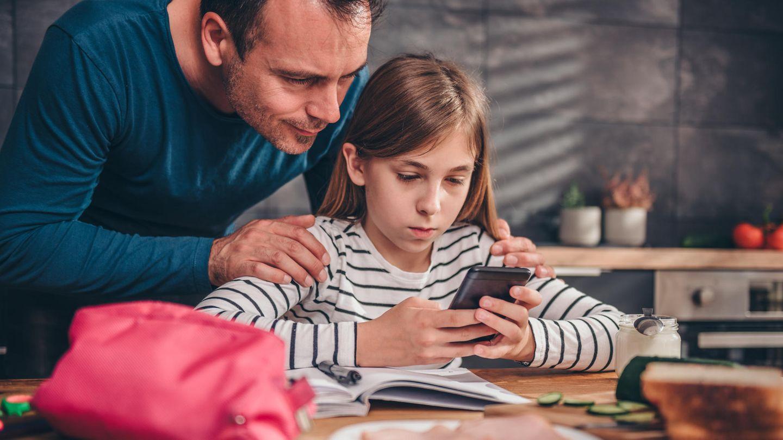 Die Kinder dürften es eher nervig finden, die Eltern aber begeistert sein: Eine App sperrt die Handys der Kinder, bis sie ihren Eltern antworten.