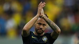 Fußball-Star Neymar applaudiert den Fans bei einem Match
