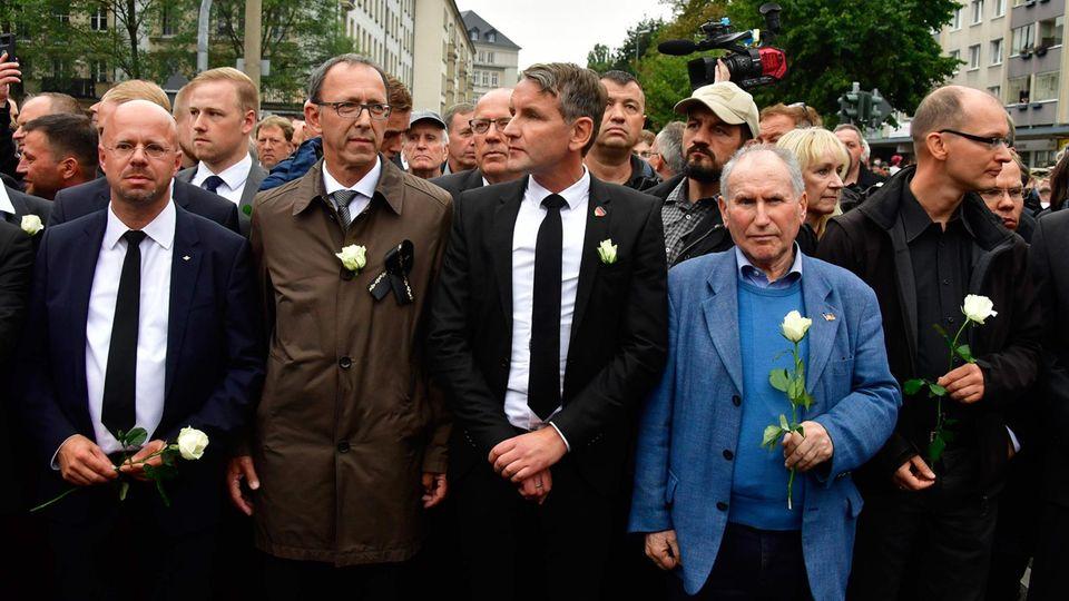 AfD: Andreas Kalbitz (l.) aus Brandenburg, Peter Urban aus Sachsen und Björn Höcke (3.v.l.)