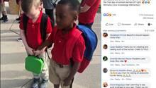Jungen halten Hände am ersten Schultag