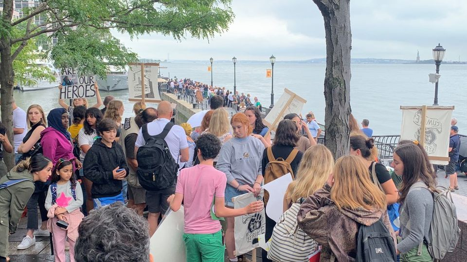 Junge Klima-Aktivisten erwarten Greta Thunberg an der North Cove Marina in New York