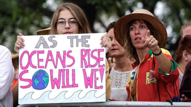 Empfang Greta Thunberg - Aktivisten mit Plakat