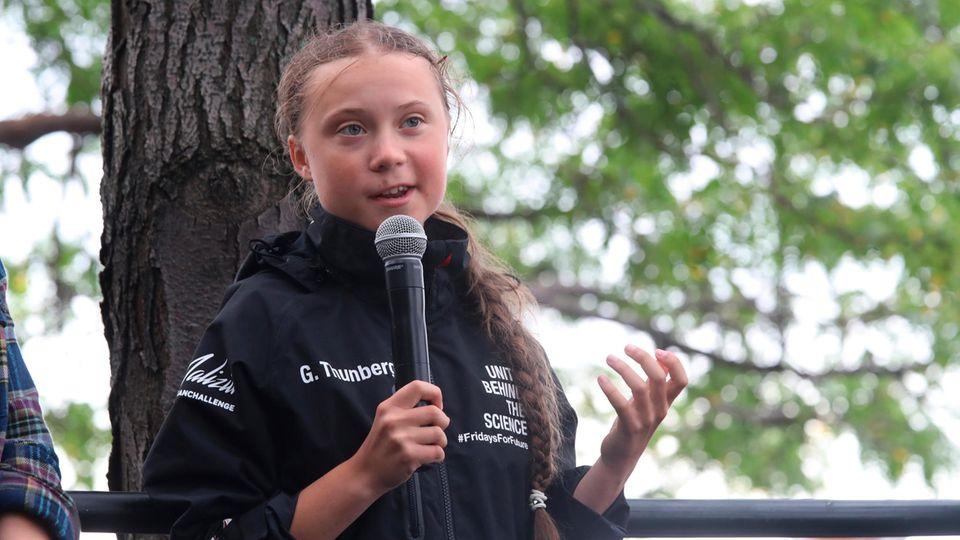 Greta Thunberg spricht nach ihrer Ankunft inder North Cove Marina in New York vor der dort versammelten Menschenmenge