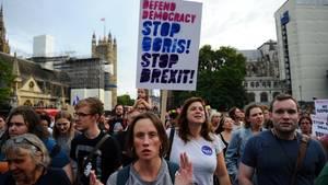 Demonstranten marschieren vom Parlament in London zurDowning Street, dem Amtssitz von PremierBoris Johnson