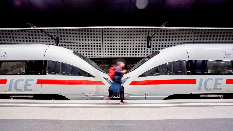 """In dem Buch """"Schaden in der Oberleitung"""" schreibt Arno Luik,einer der profiliertesten Bahn-Kritiker, überLobbyismus, Stuttgart 21 undHochgeschwindigkeitszüge - undüber falsche Weichenstellungen."""