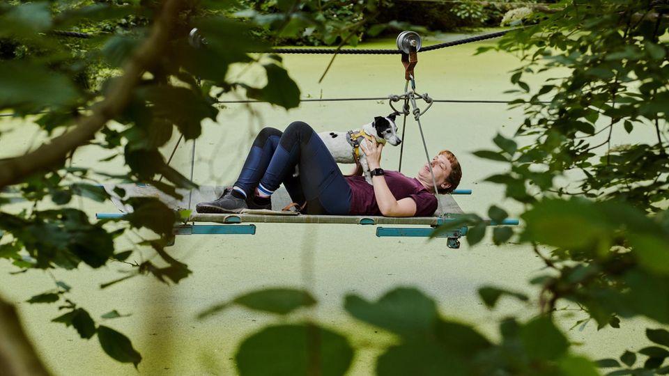 Auf Survivaltour im Wald mit Jack-Russell-Hündin Emma