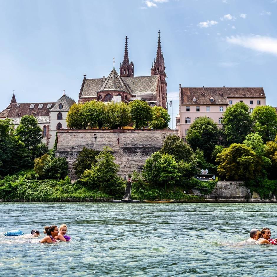 Baden gehen in Basel: Füssiges Flanieren im Rhein