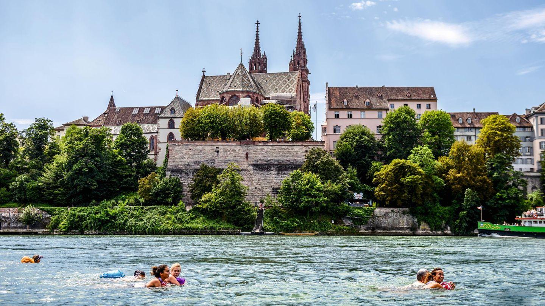 Wie eine Stadtbesichtigung im Wasser: Vom Rhein aus betrachtet wirken Sehenswürdigkeiten wie das Basler Münster