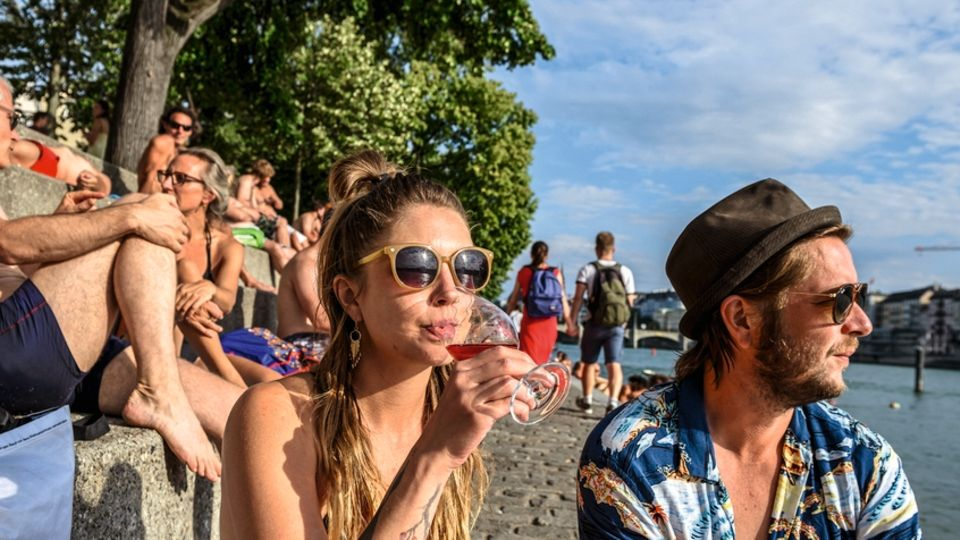 Am Ufer: Die Rheinstufen sind bevölkert von Sonnensuchern