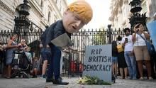 Ein als Boris Johnson verkleideter Demonstrant trägt symbolisch die britische Demokratie zu Grabe