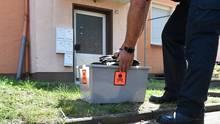Ein Schlangenexpertein Herne stellt seine Ausrüstung ab
