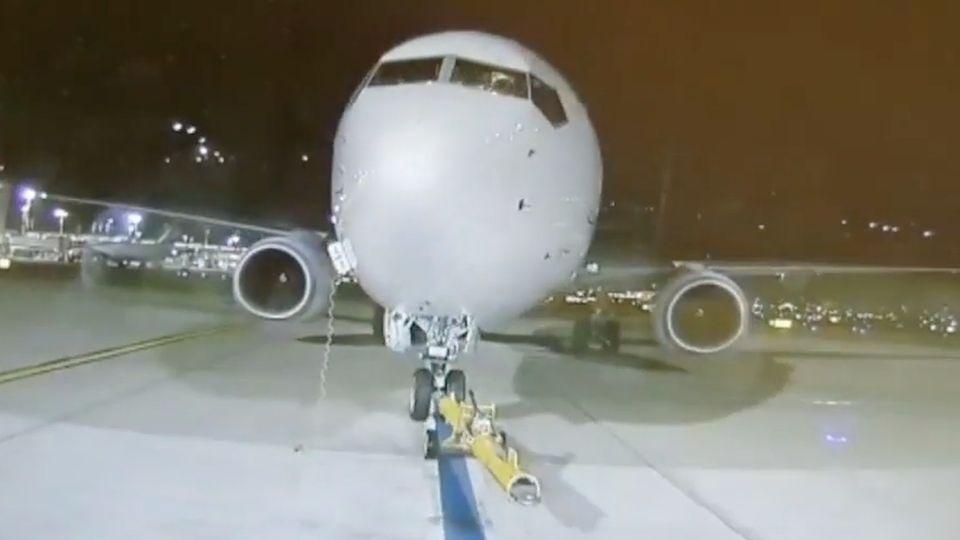 Frontalaufnahme eines Flugzeugs