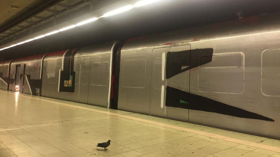 Eine ehemals rote S-Bahn wurde silbern und schwarz umgesprüht