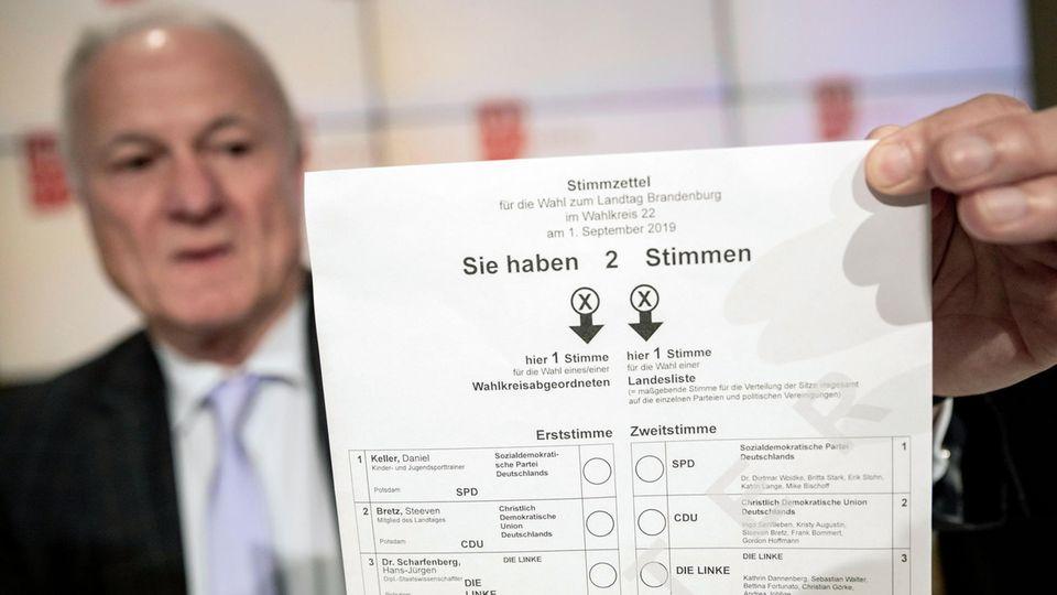 Der Landeswahlleiter von Brandenburg, hält ein Muster des Stimmzettels für die Landtagswahl