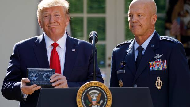 Donald Trump übergibt General John Raymond das Kommando über die neue Space Command