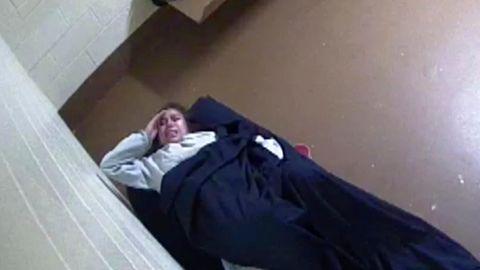 Dieses Videostandbild zeigt die schwangere Insassin Diana Sanchez in einer Gefängniszelle