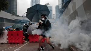 Ein Demonstrant in Hongkong hält eine Tränengasgranate in der Hand